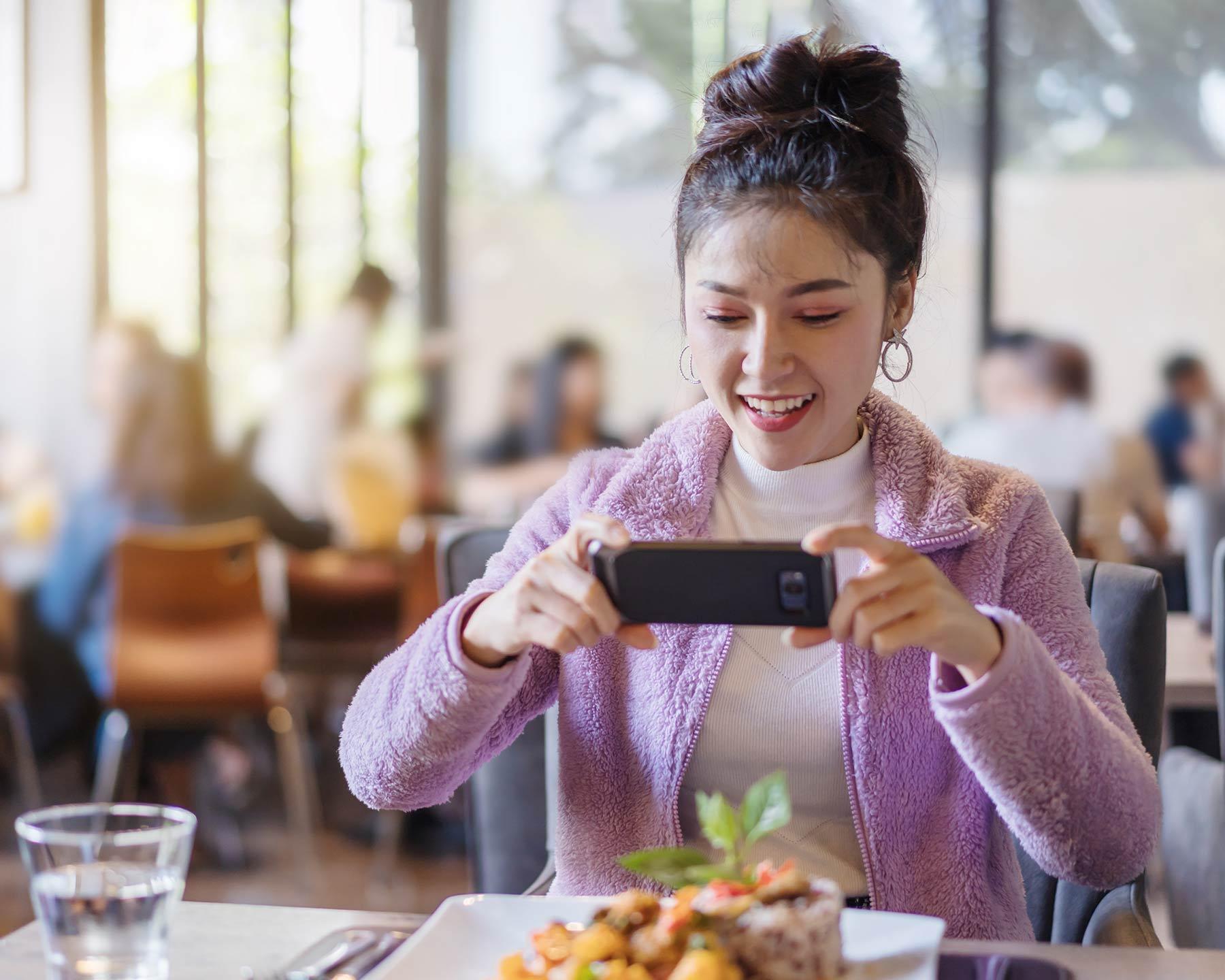 Influencerin macht Werbung für ein Restaurant.