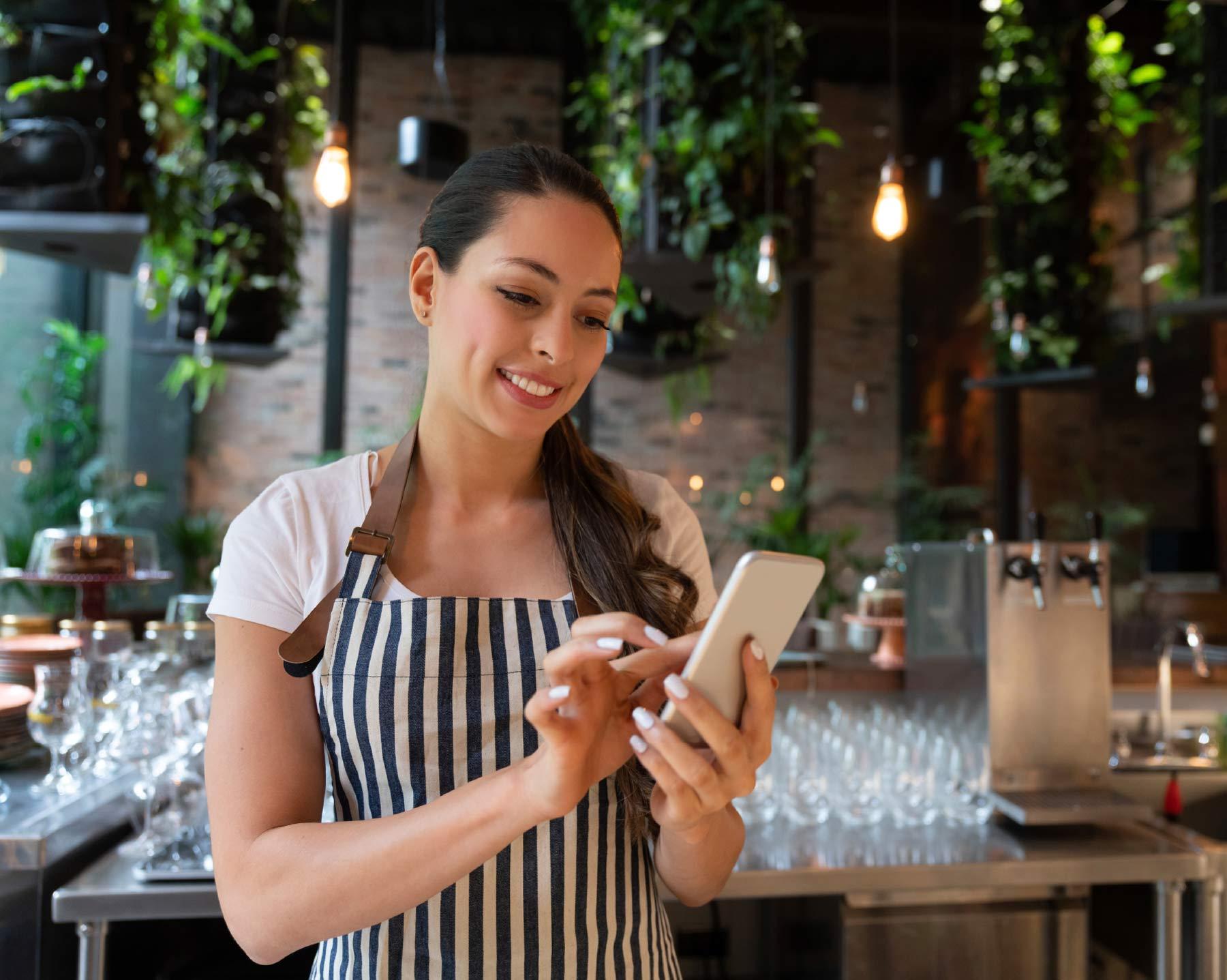 Gastronomin checkt ihren Instagram Account auf wichtige Kennzahlen wie Reichweite, Follower und Profilbesuche.