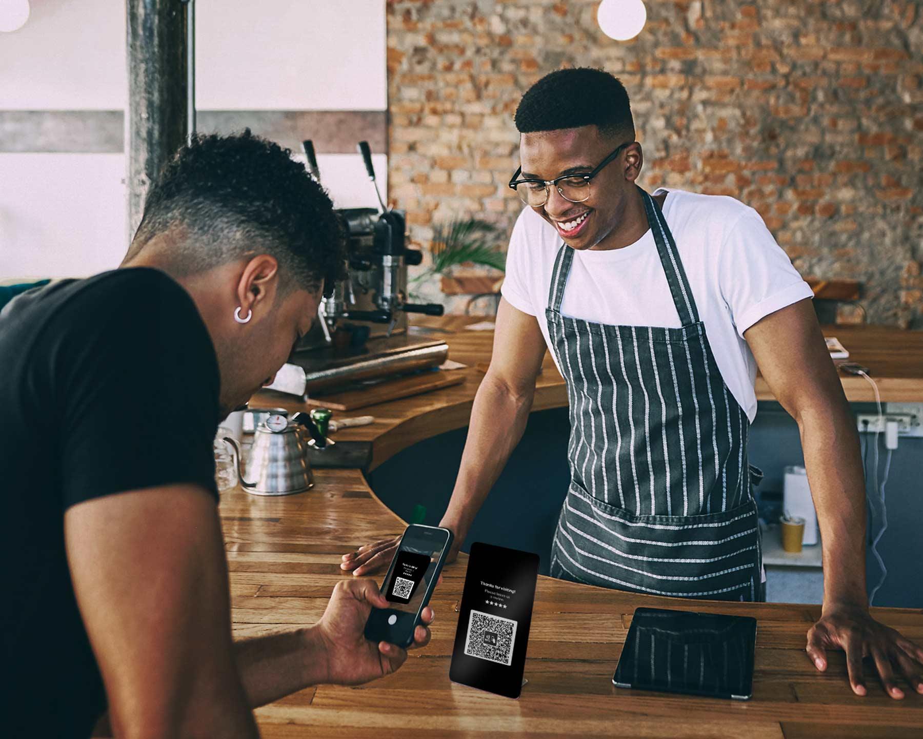 Lokaler Unternehmer bekommt Online-Kunden-Bewertung.