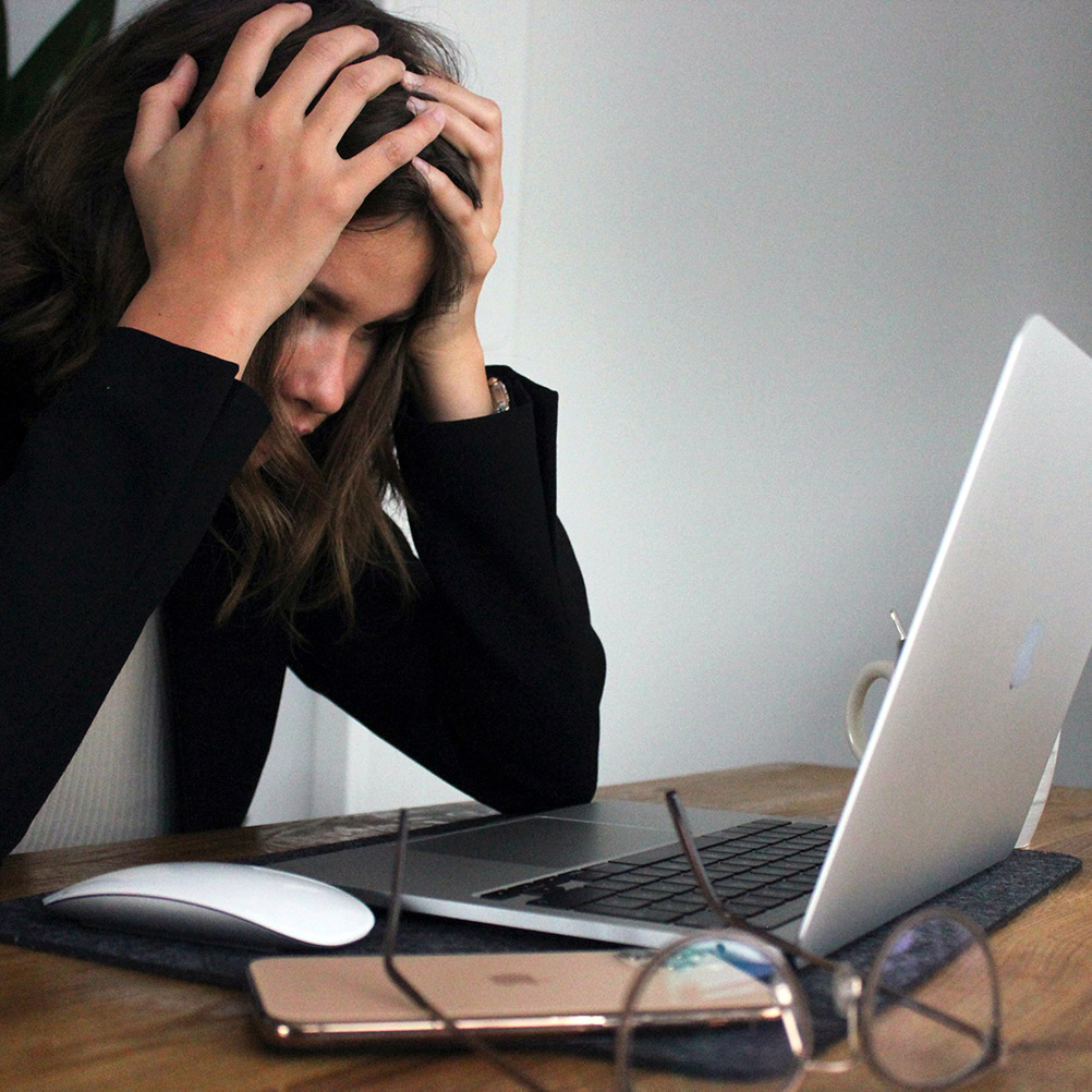 Gestresste Frau sitz vor dem Computer