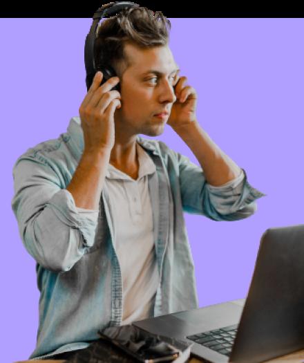 hombre con audifonos y laptop