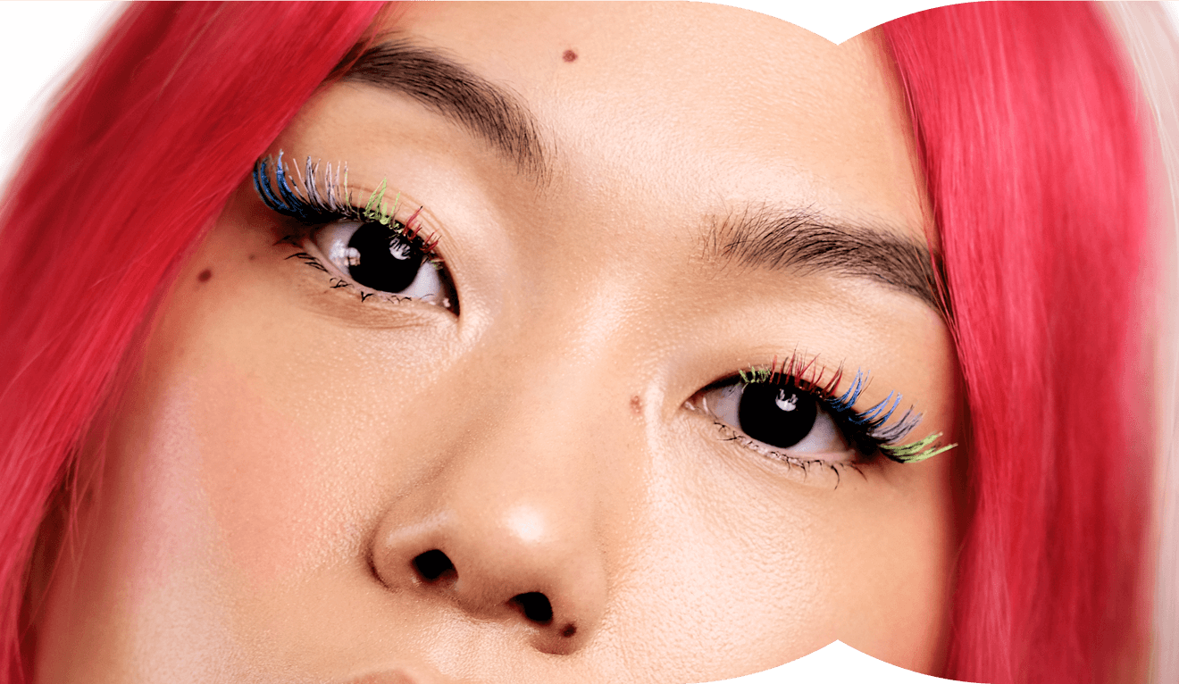 Influencerin Kicki Yang mit bunten künstlichen Wimpern und rot-weißen Haaren – Klarna Trendreport