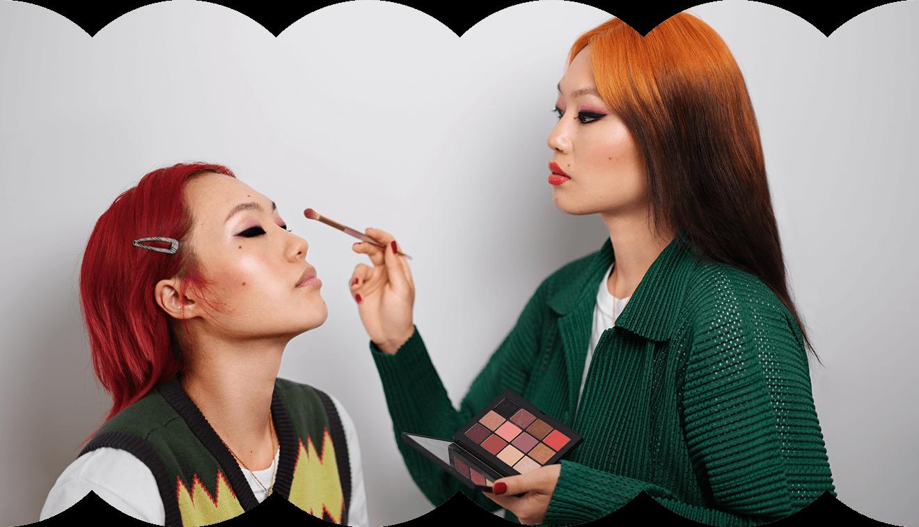 In dieser Collage steht sich Influencerin Kicki Yang selbst gegenüber und schminkt sich – Klarna Trendreport