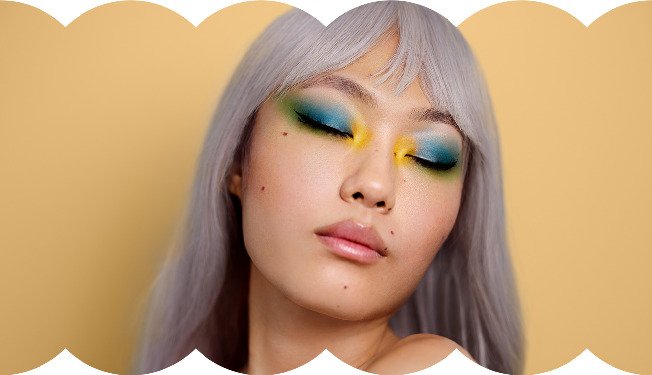 Portraitaufnahme von Influencerin Kicki Yang – Verschiedene Lidschattenfarben umranden beide Augen – Klarna Trendreport