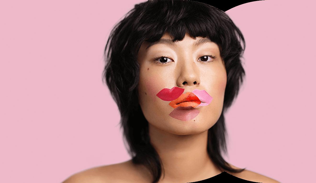 Portraiaufnahme von Influencerin Kicki Yang – Verschienenfarbige Lippenabdrücke rund um den geschlossenen Mund –  Klarna Trendreport