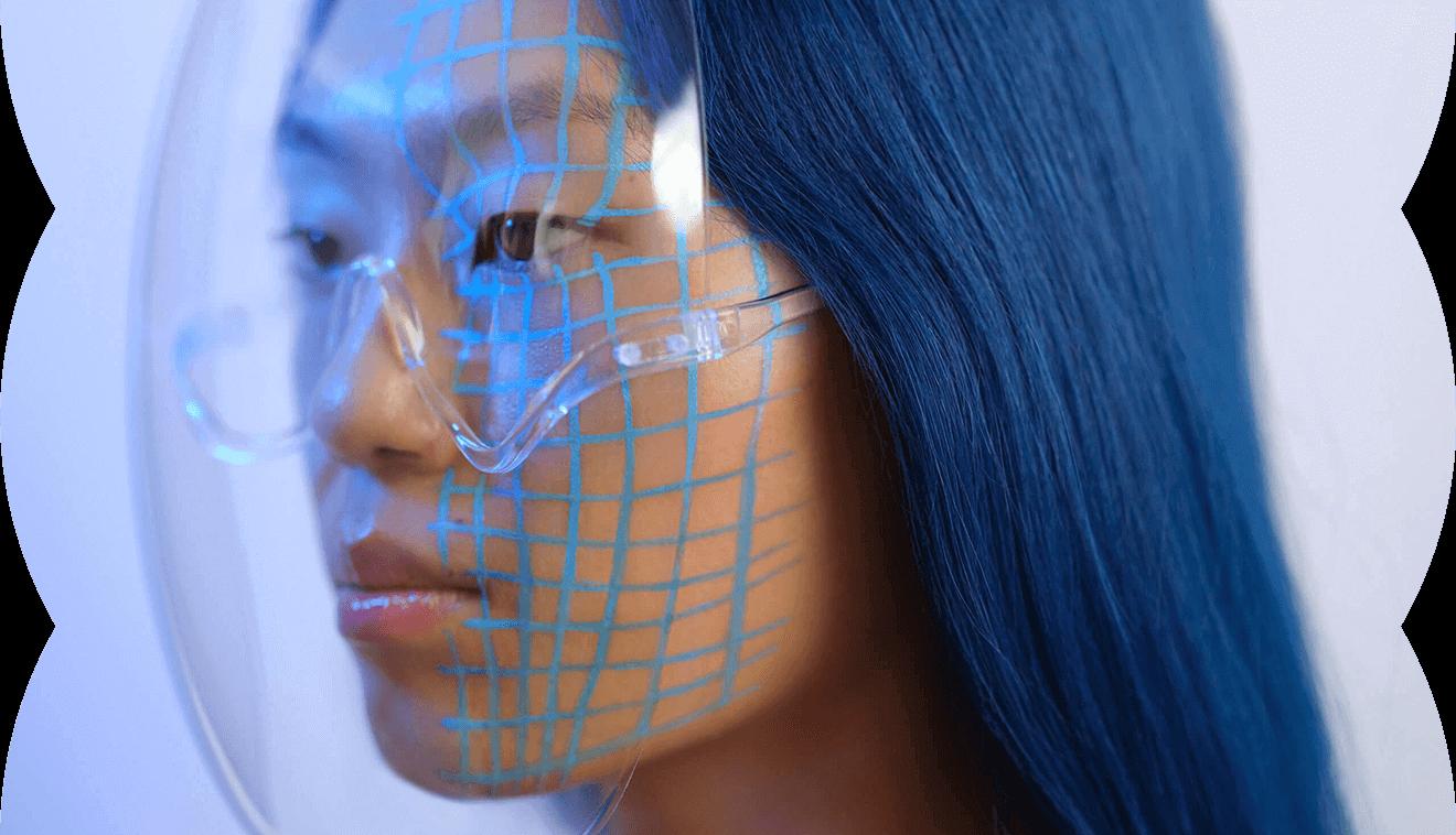 Seitliche Portraitaufnahme der Influencerin Kicki Yang – Sie trägt einen transparenten Schutz vor dem Gesicht – Klarna Trendreport