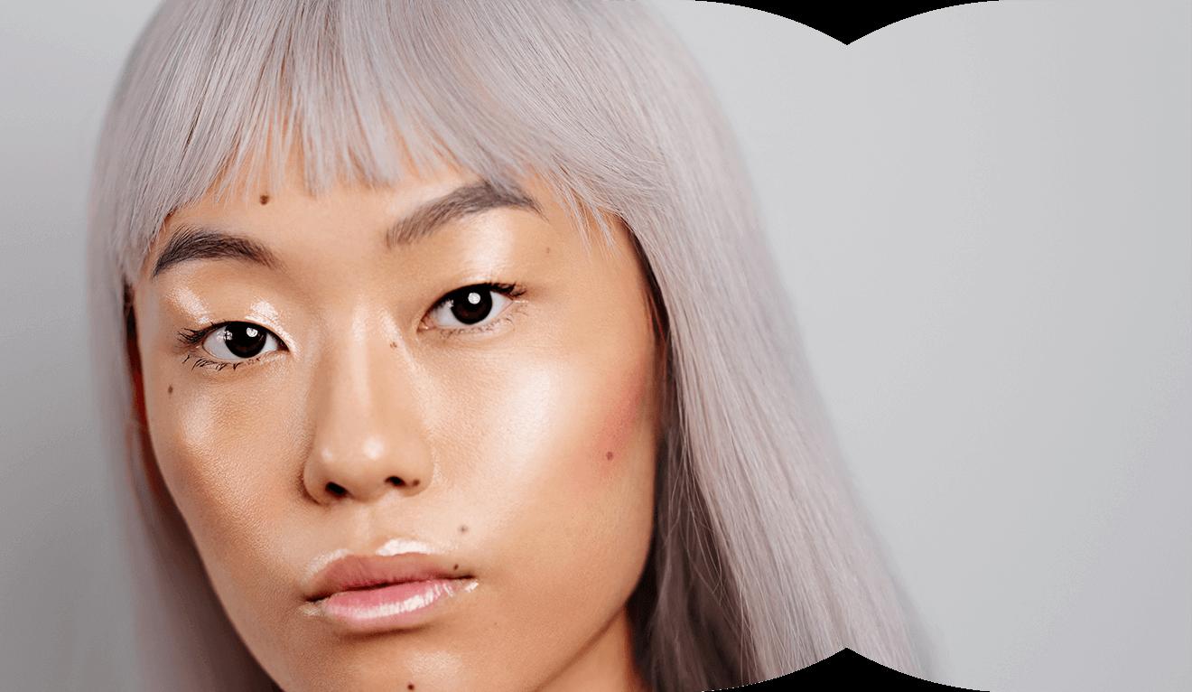 Portraitaufnahme von Kicki Yang – Offener Blick in die Kamera – Leicht glänzend schimmernde Lippen, Oberlider und Wangen – Klarna Trendreport