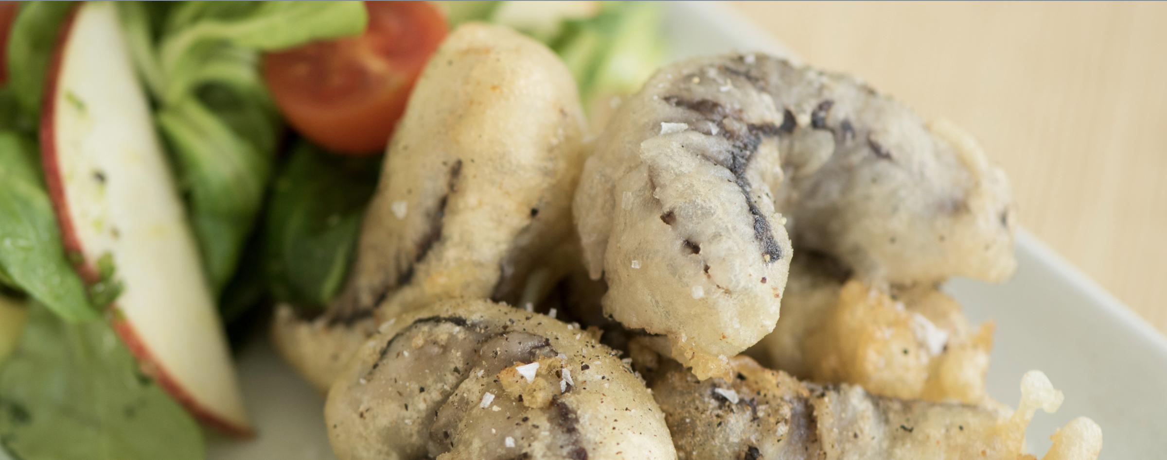 Salat med tempurabakt hval