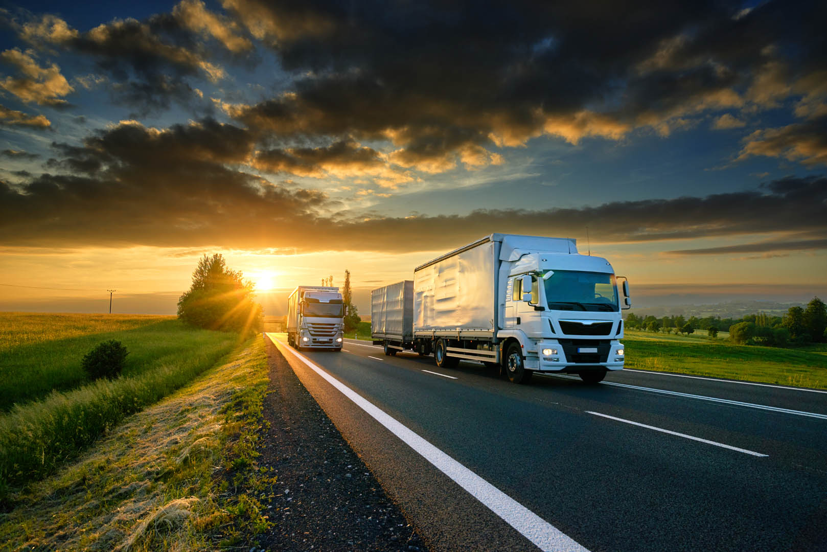 To trailere som kjører på en motorvei.