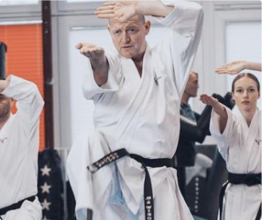 Hans-Peter Wiegert symbolisiert die Qualität des Blackbelt-Elite Trainings. um zum schwarzen Gürtel in Karate zu gelangen.