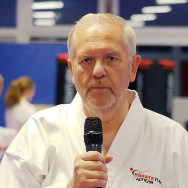 Das Alter spielt keine Rolle! Robert ist bereits 67 und befindet sich ebenfalls auf dem Weg zum schwarzen Gürtel in Karate dank des Blackbelt-Elite Trainings.