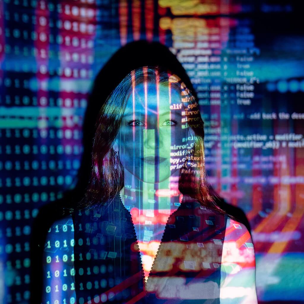 Daten werden auf den Oberkörper eine Frau projiziert