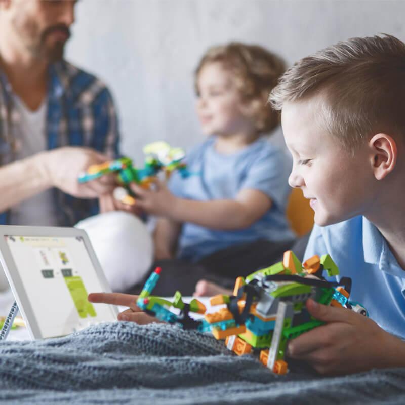 Ein Junge baut mit Lego und nimmt an einer Umfrage teil