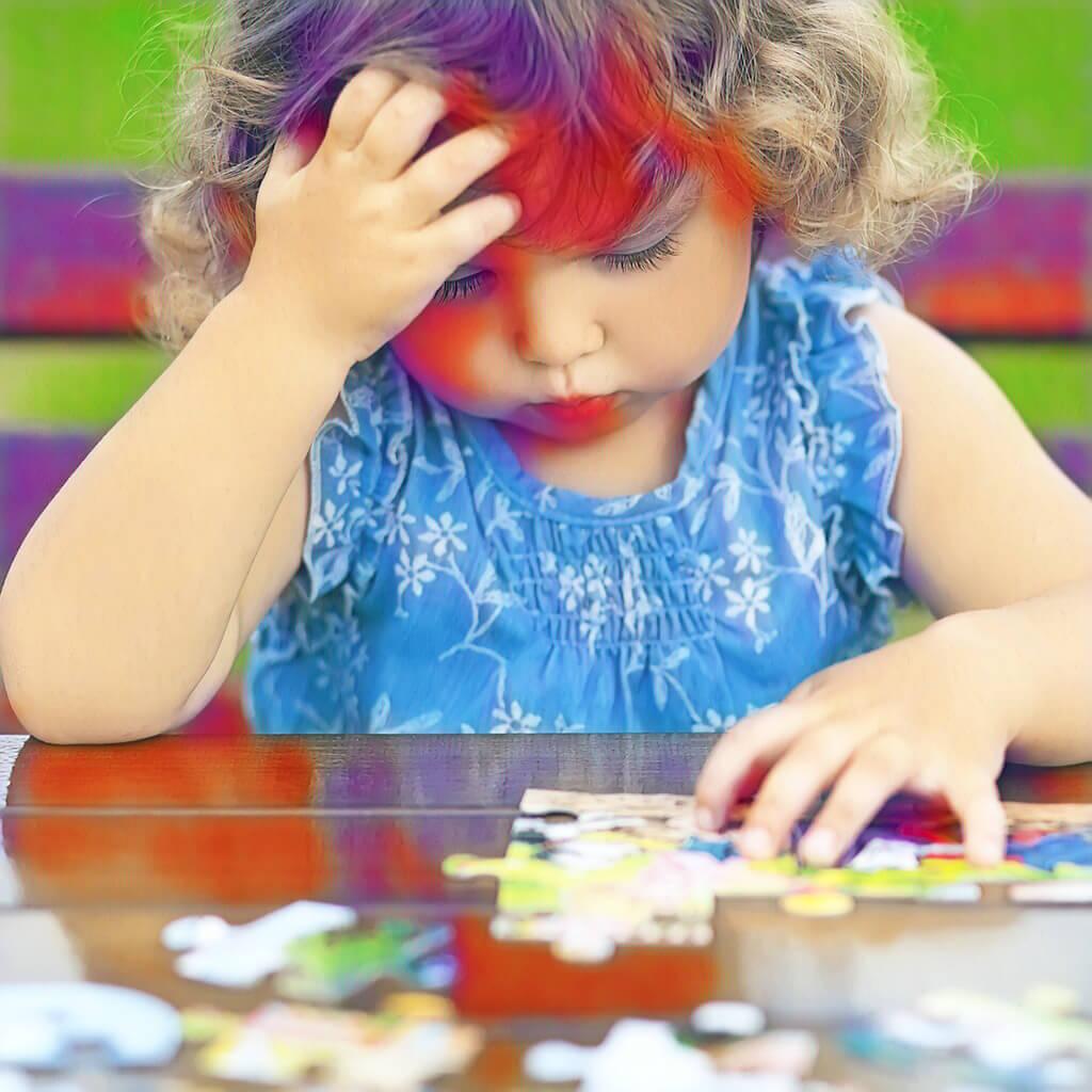 Ein Mädchen beim puzzeln