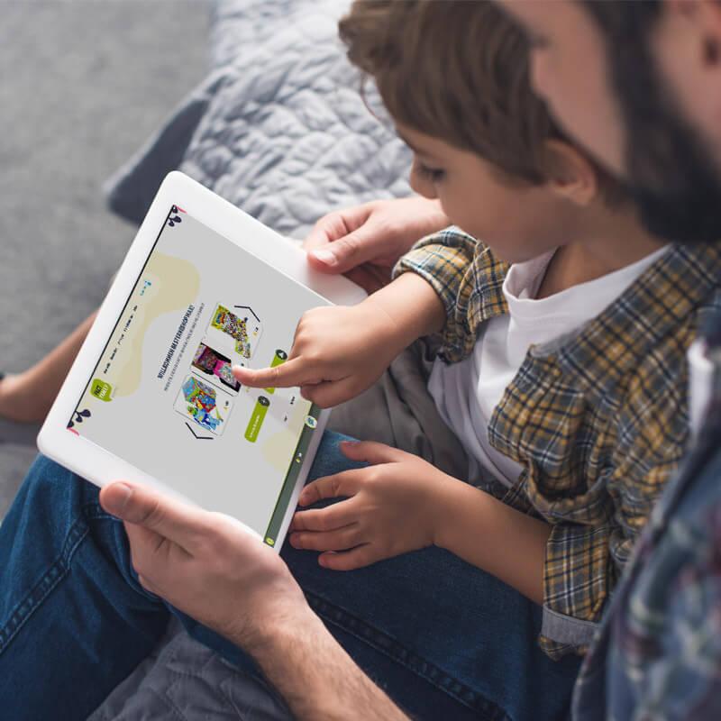 Vater und Sohn füllen gemeinsam auf dem Tablet eine Umfrage aus
