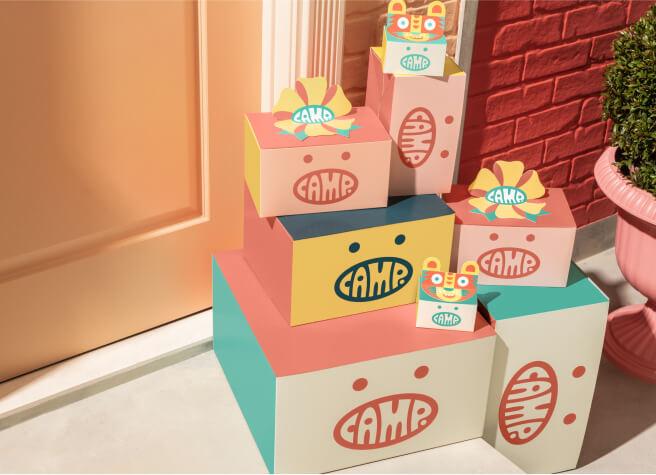 Im Camp Present Shop können Kinder selbst Geschenke für Freunde oder Familie aussuchen. Die Shopping Experience ist kindgerecht aufbereitet und das von den Eltern vorgegebene Budget wird in videospiel-ähnliche Tokens umgerechnet. Sogar die Grußkarte kann von den Kindern selbst gestaltet werden.