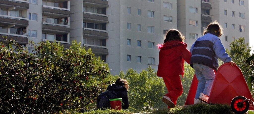 """Laut Arbeitsgemeinschaft für Kinder- und Jugendhilfe hat die Corona-Pandemie die soziale Schieflage in Deutschland """"drastisch verschlimmert."""" Inzwischen wächst jedes Fünfte Kind in Deutschland in Armut auf. Gleichzeitig gab es laut Bundeskriminalamt 2020 einen """"eklatanten Anstieg"""" an Fällen von Kinderpornografie sowie auch an Kindesmissbrauch und Misshandlung Schutzbefohlener."""
