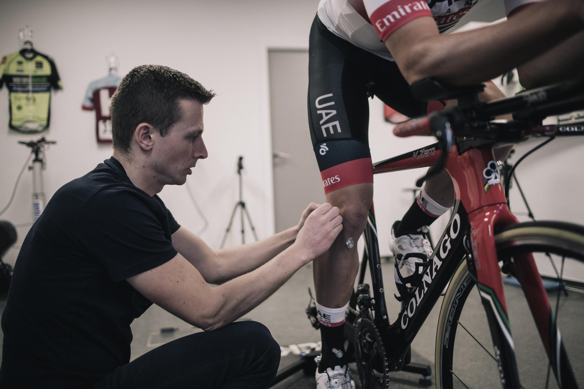Joris Verreydt die een bikefit uitvoert.