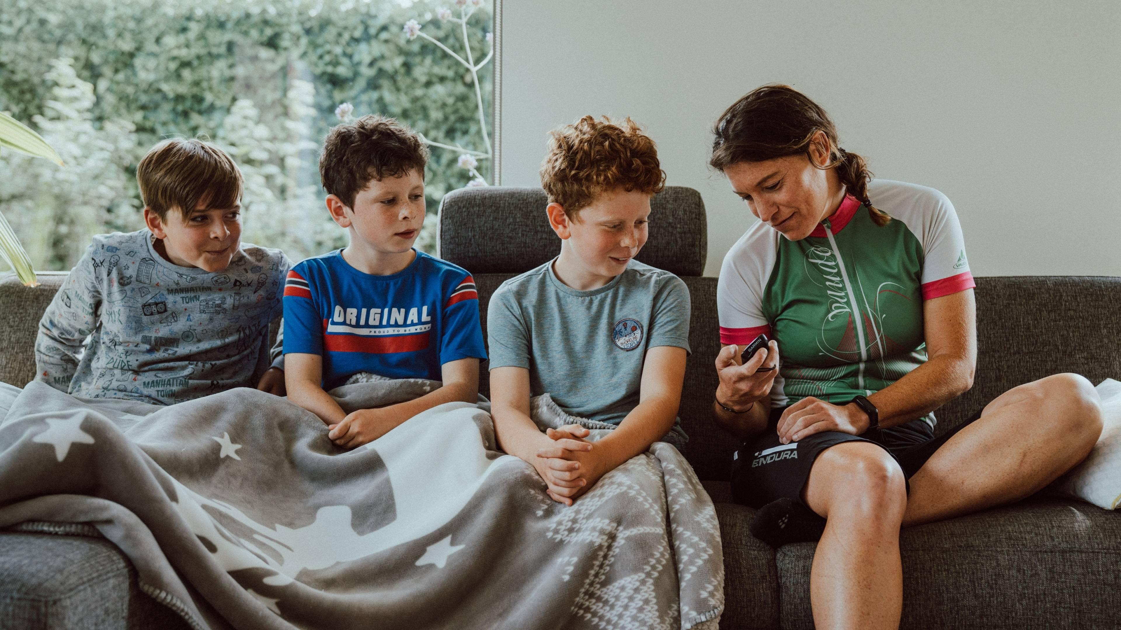 Vrouwelijke fietser met kinderen