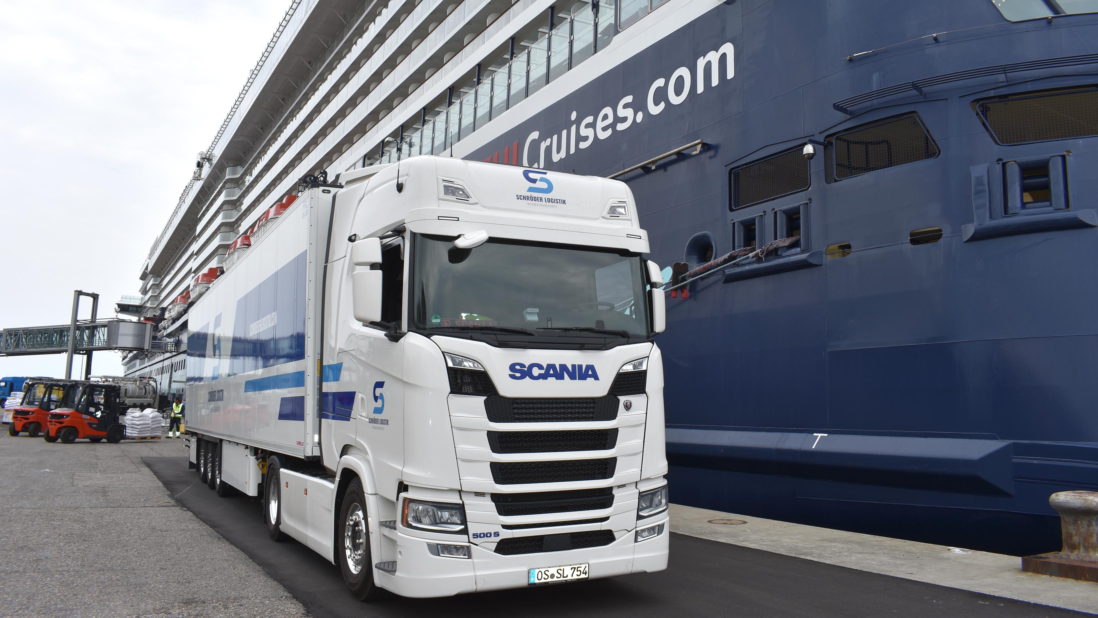 Schröder Logistik Kühltransport vor Kreuzfahrtschiff