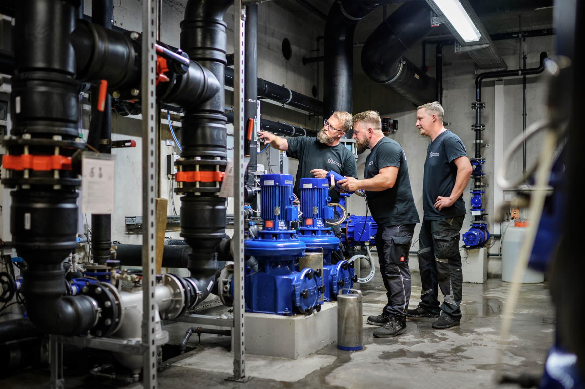 Schlumpberger Team vor Ort im Donaubad an der Pumpanlage