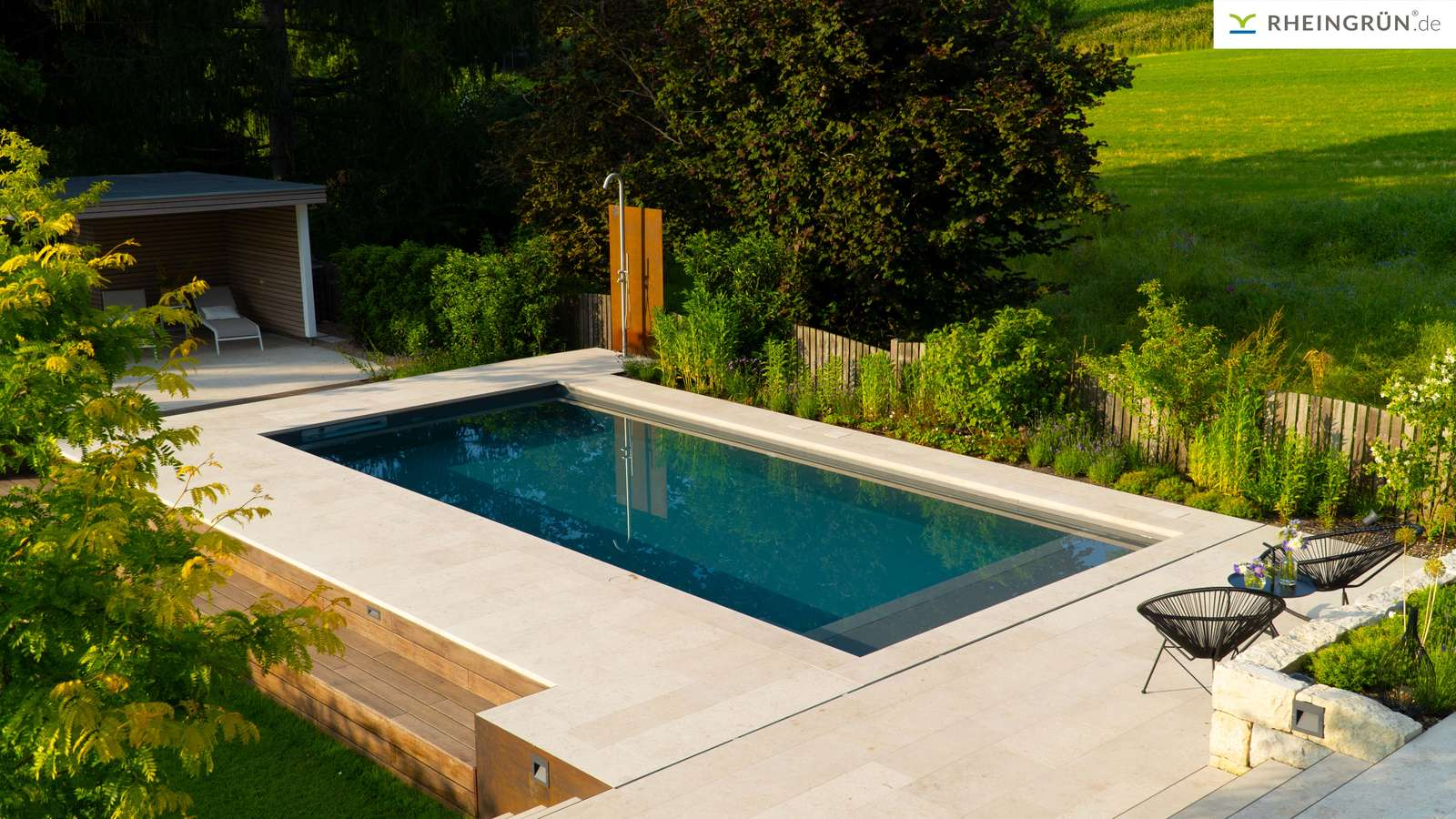 Modernes Magiline Schwimmbecken mit mediterranem Touch