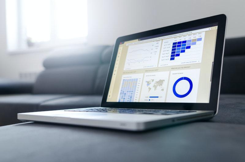 Laptop zeigt Analyse einer Website an um diese zielgerichtet mit SEO zu verbessern