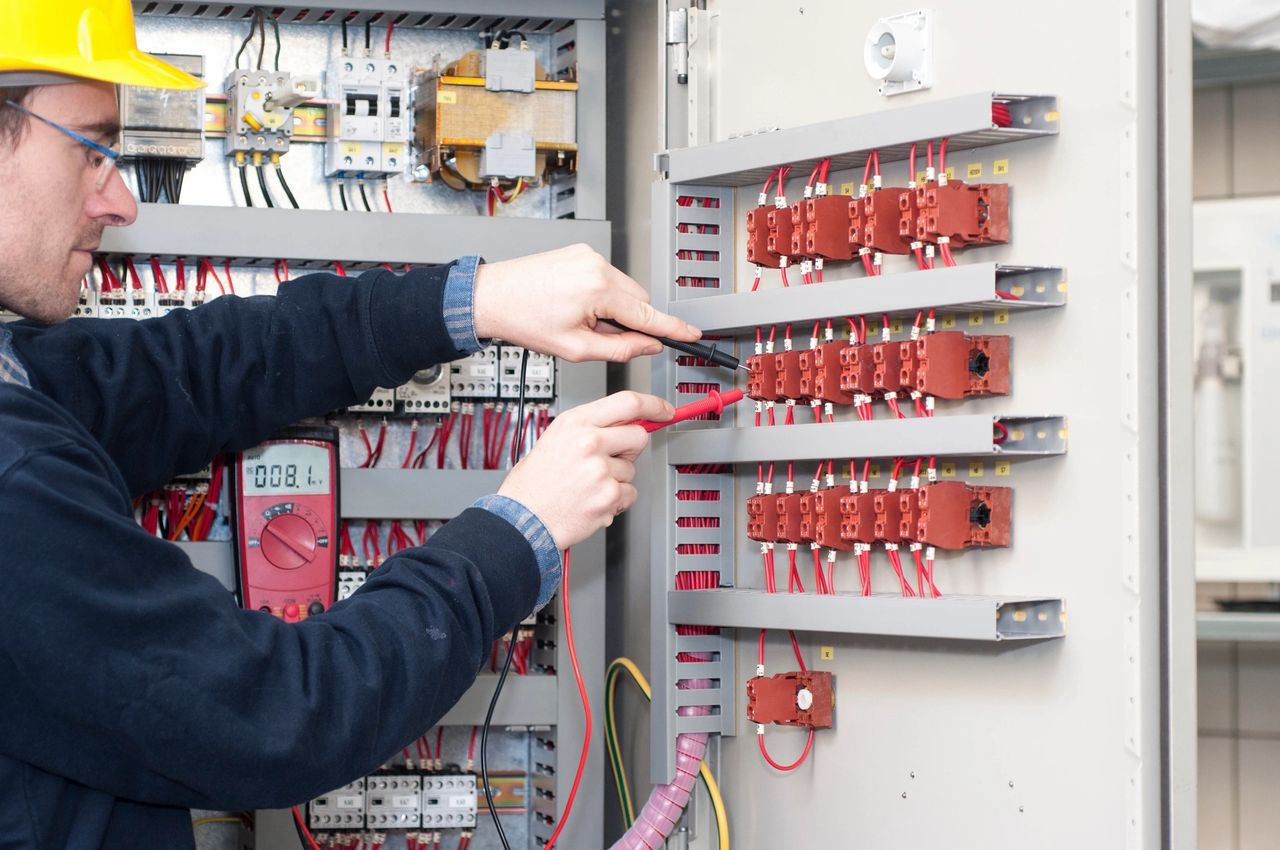 6 factors to consider when hiring an electrical conductor