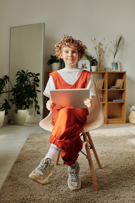Enfant avec une tablette - crédit photo Julia M Cameron - Pexels