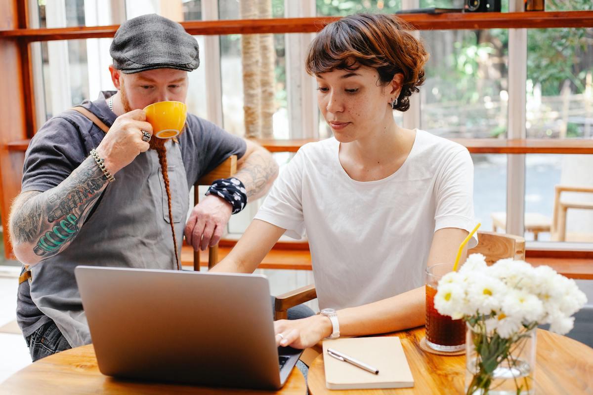 Entrepreneurs hipsters discutant affaires devant un ordinateur
