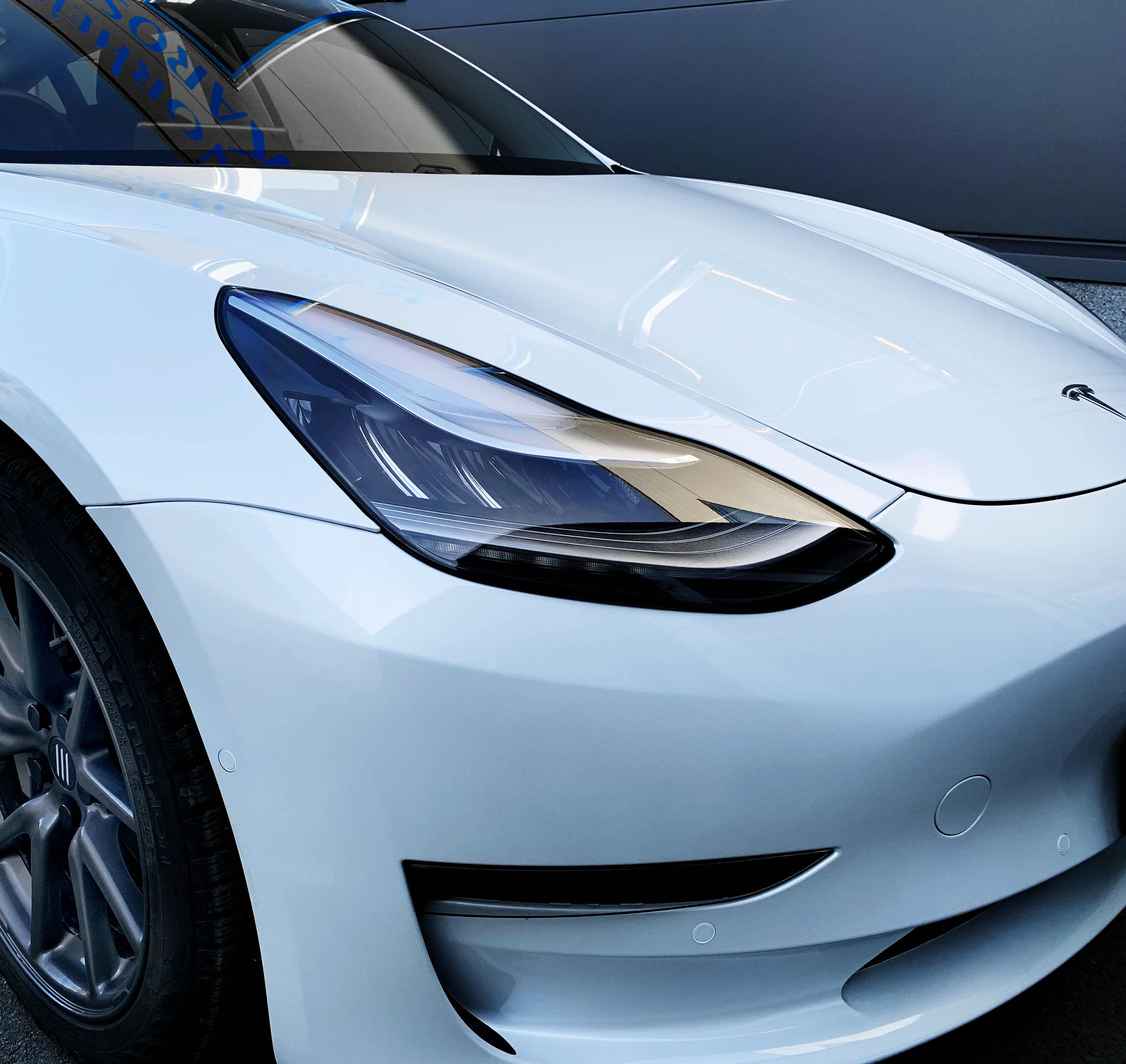 Front på hvit Tesla