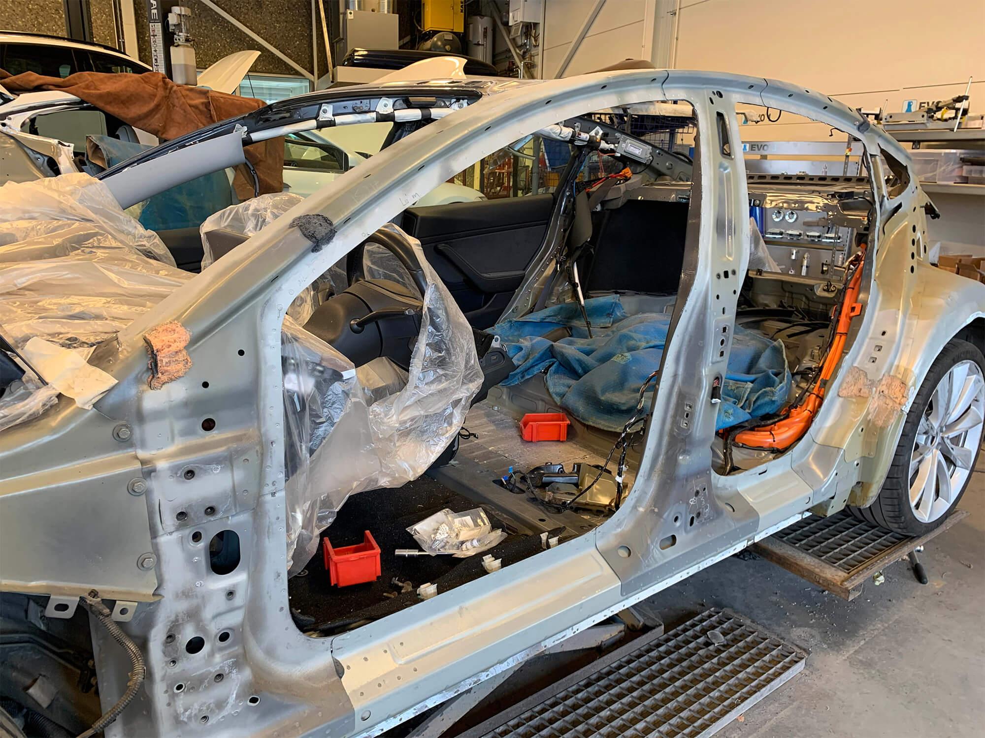 Skadet bil inne på verkstedet til Norheim Lakkering