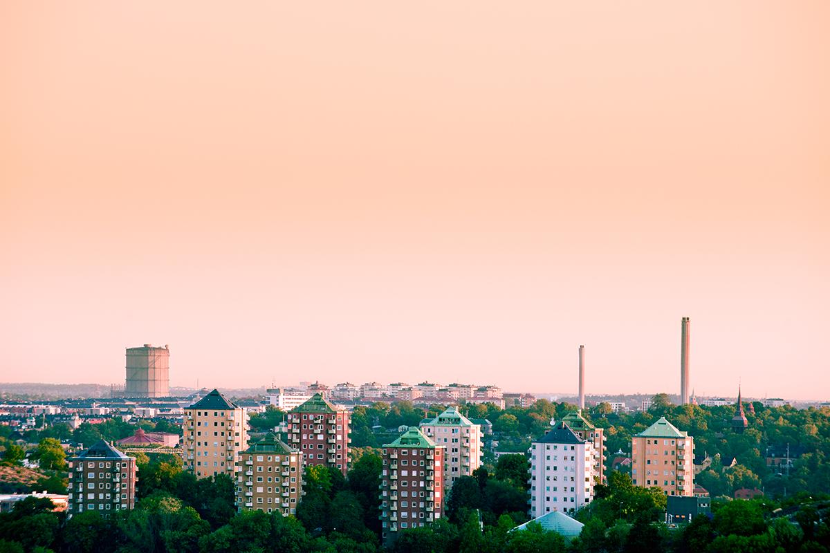 Aprikosfärgad himmel över stadsvy i Stockholm.