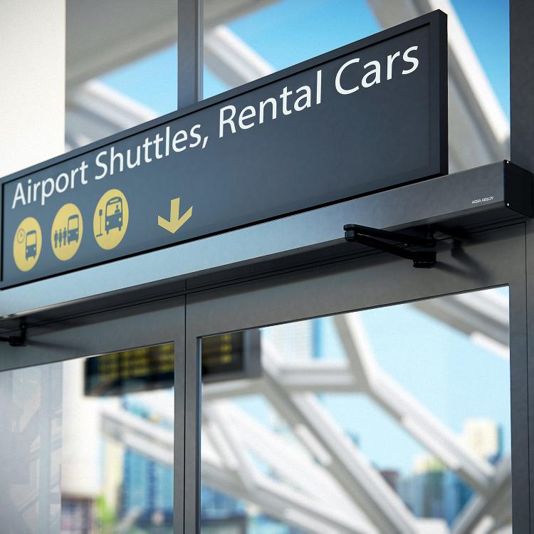 En entrédörr på en flygplats med dörrautomatik.