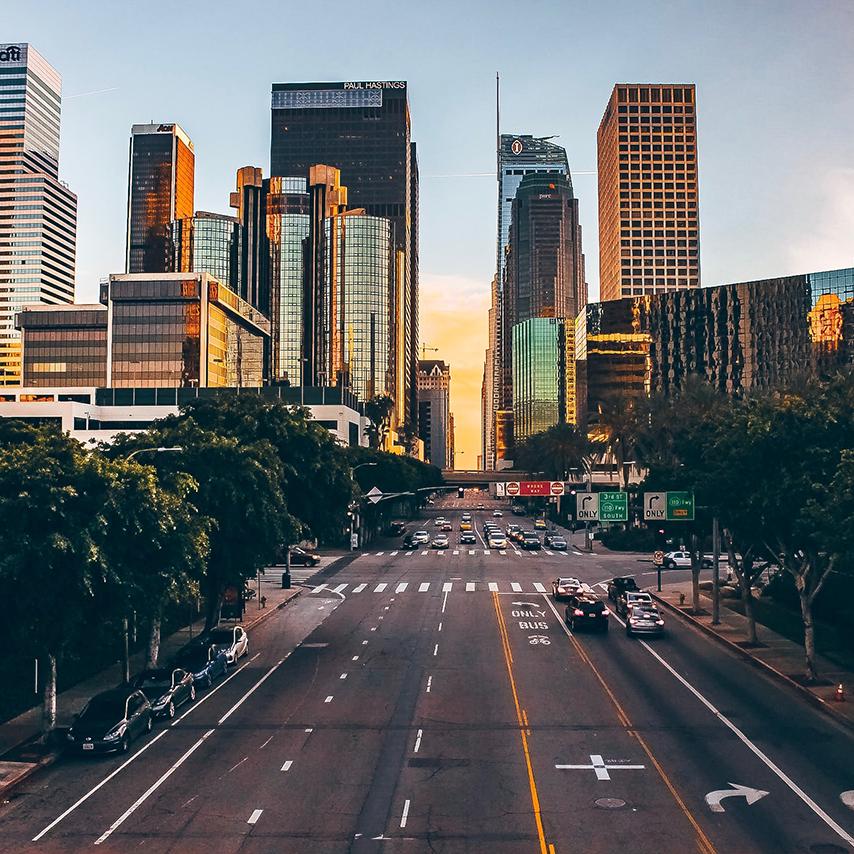 Bild på gata och solnedgång.