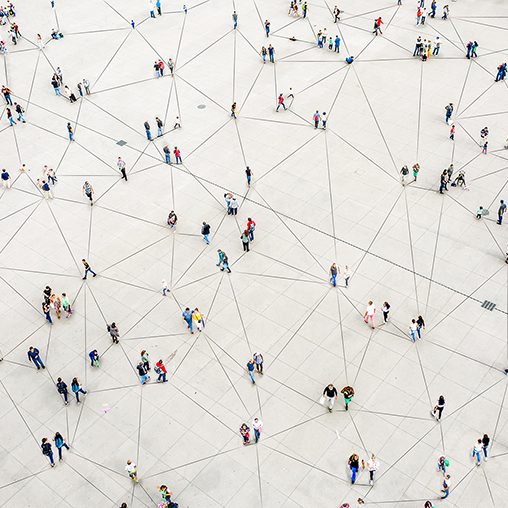 Drönarvy över massa människor på en vit öppen yta.