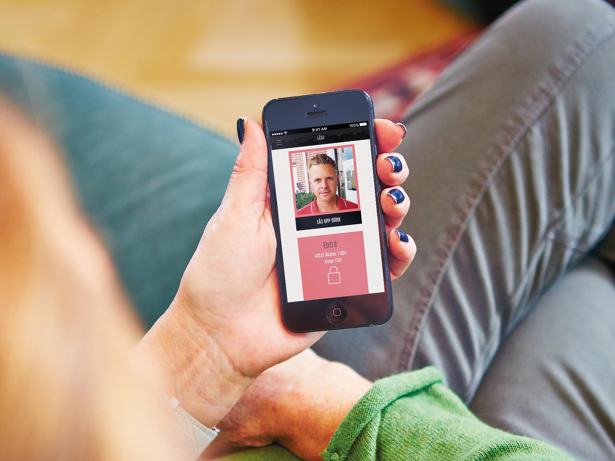 Person som sitter med en mobil och öppnar en app.