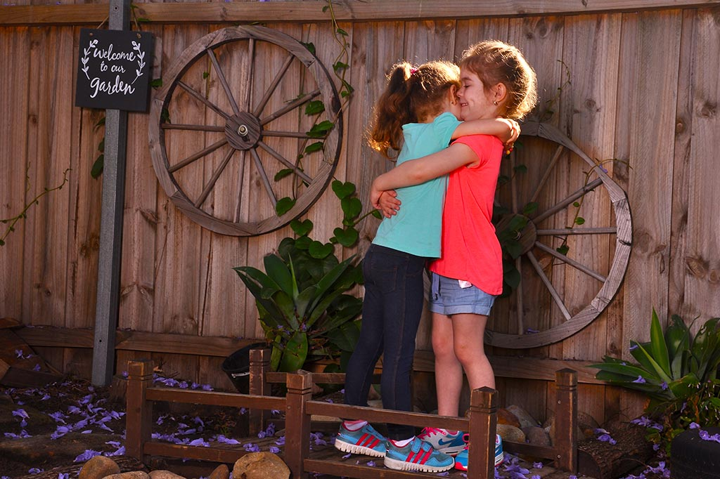 girls-hugging