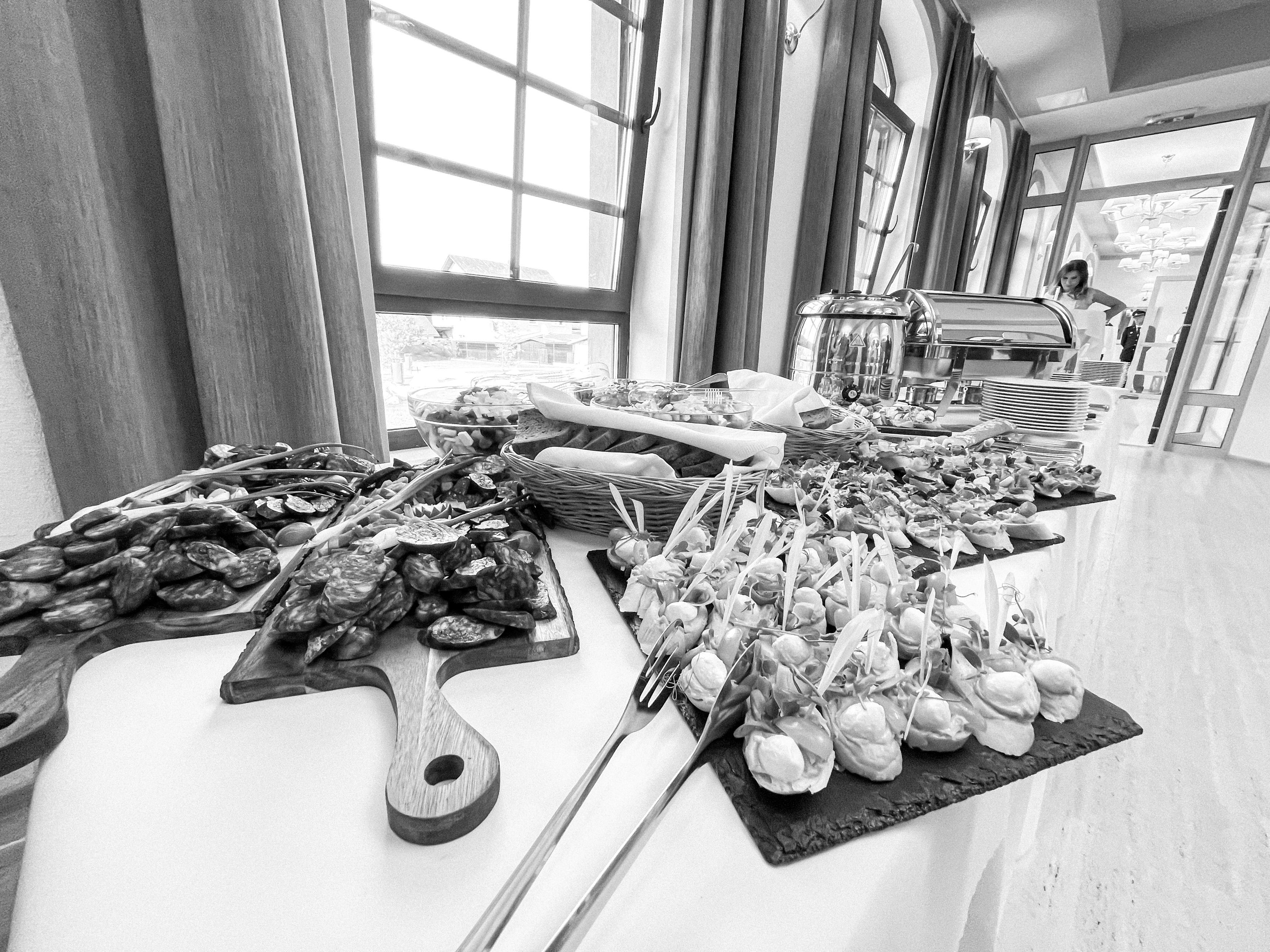 Prestretý stôl plný jedla
