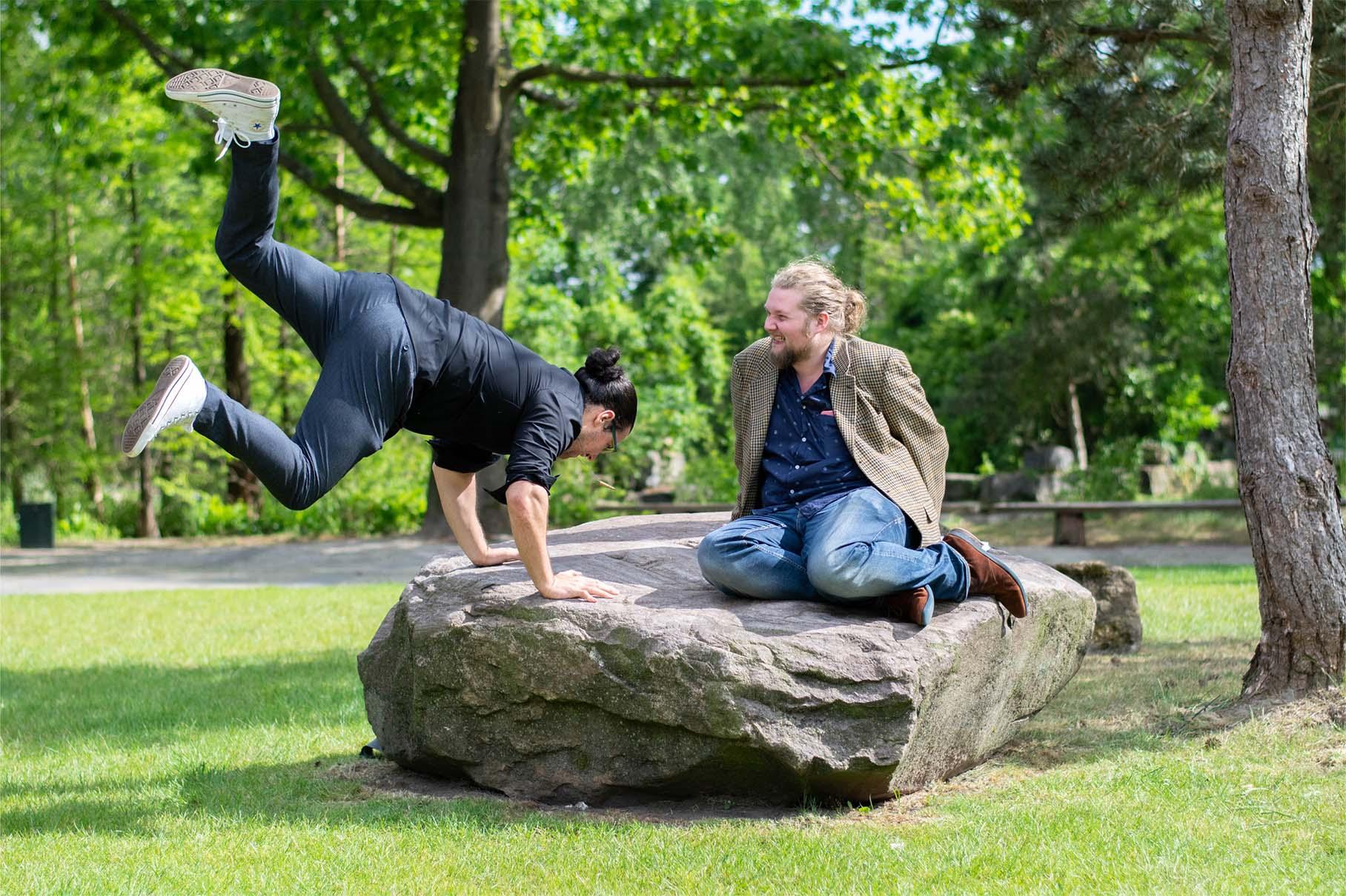 Foto van Frank en Tomi op een speelse manier.
