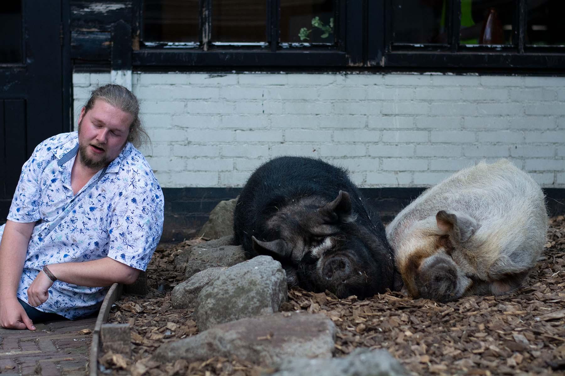 Soms moet je gewoon met de varkentjes slapen. Dat doet Frank op de foto hier.