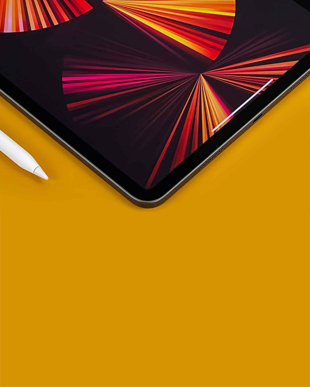 Tablet iPad na stole s klávesnicou
