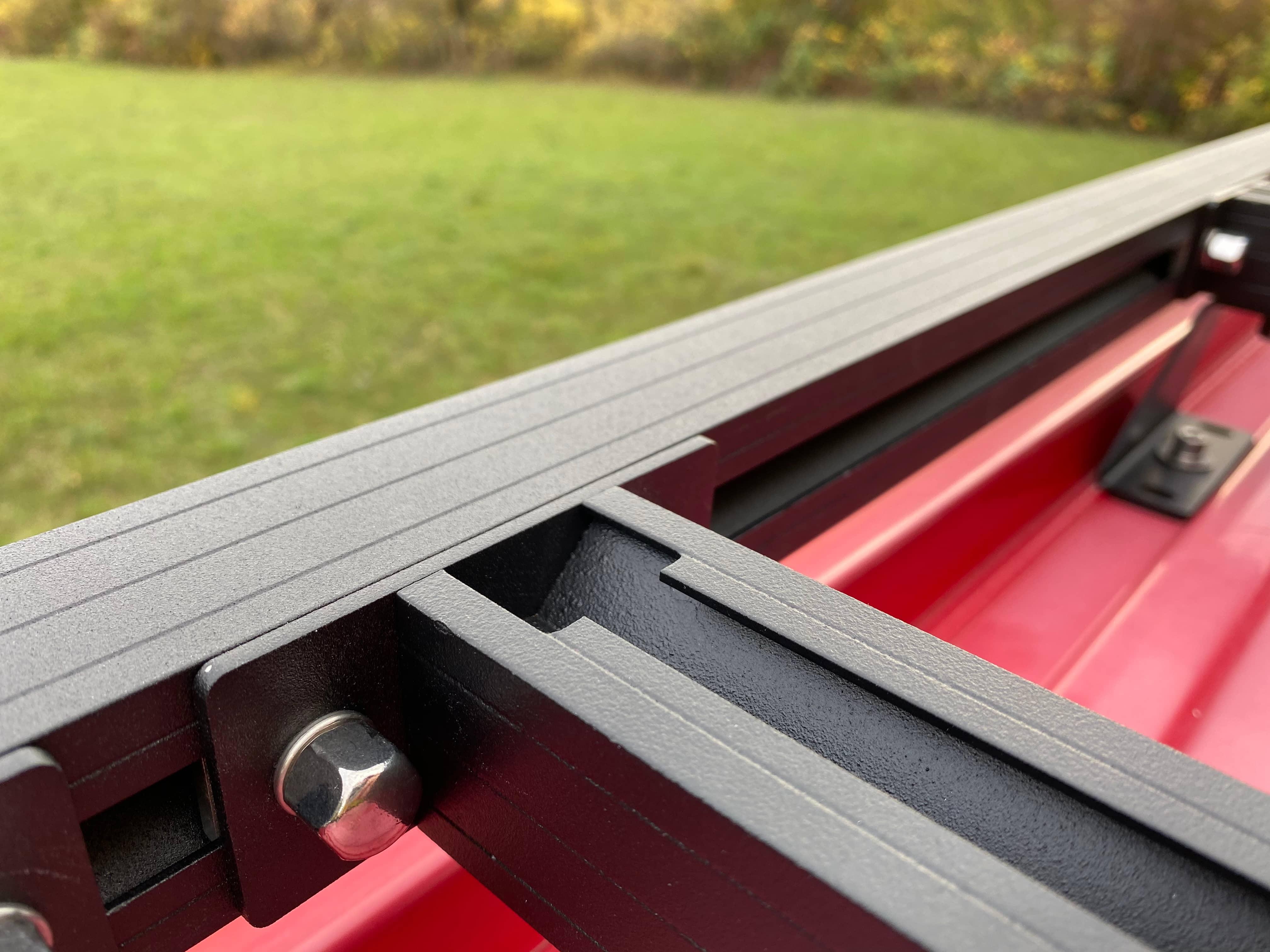 Dachträger mit Nutensystem auf rotem Auto