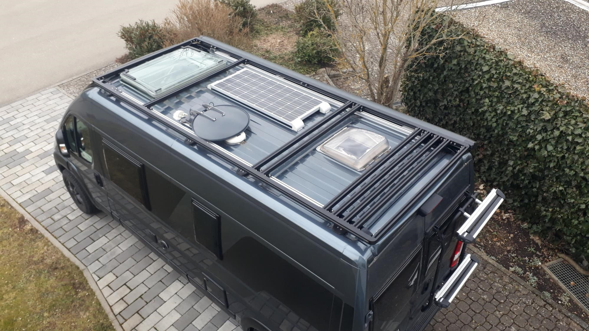 Peugeot Boxer mit Dachträger und Satellitenschüssel