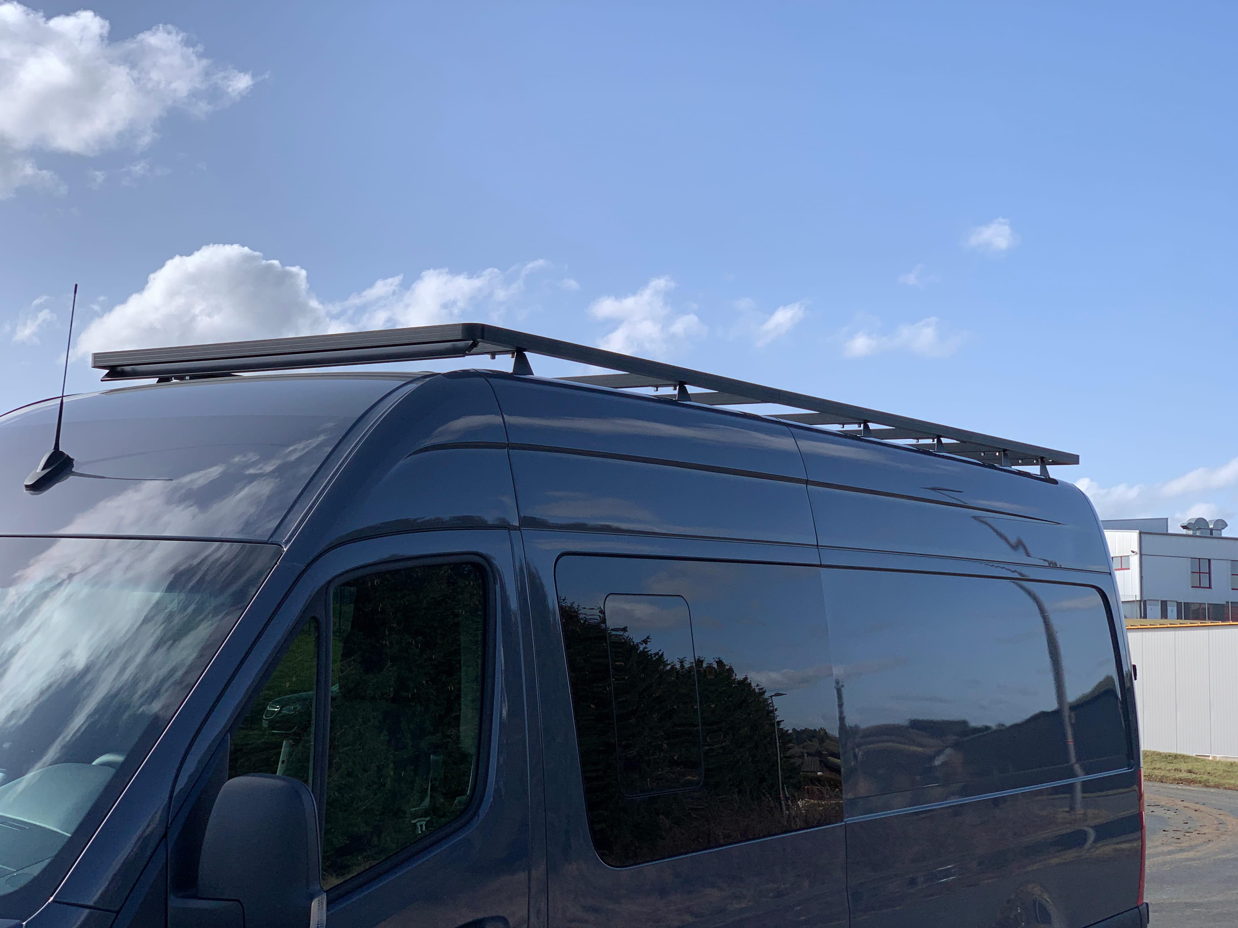 Mercedes Sprinter mit Dachträger