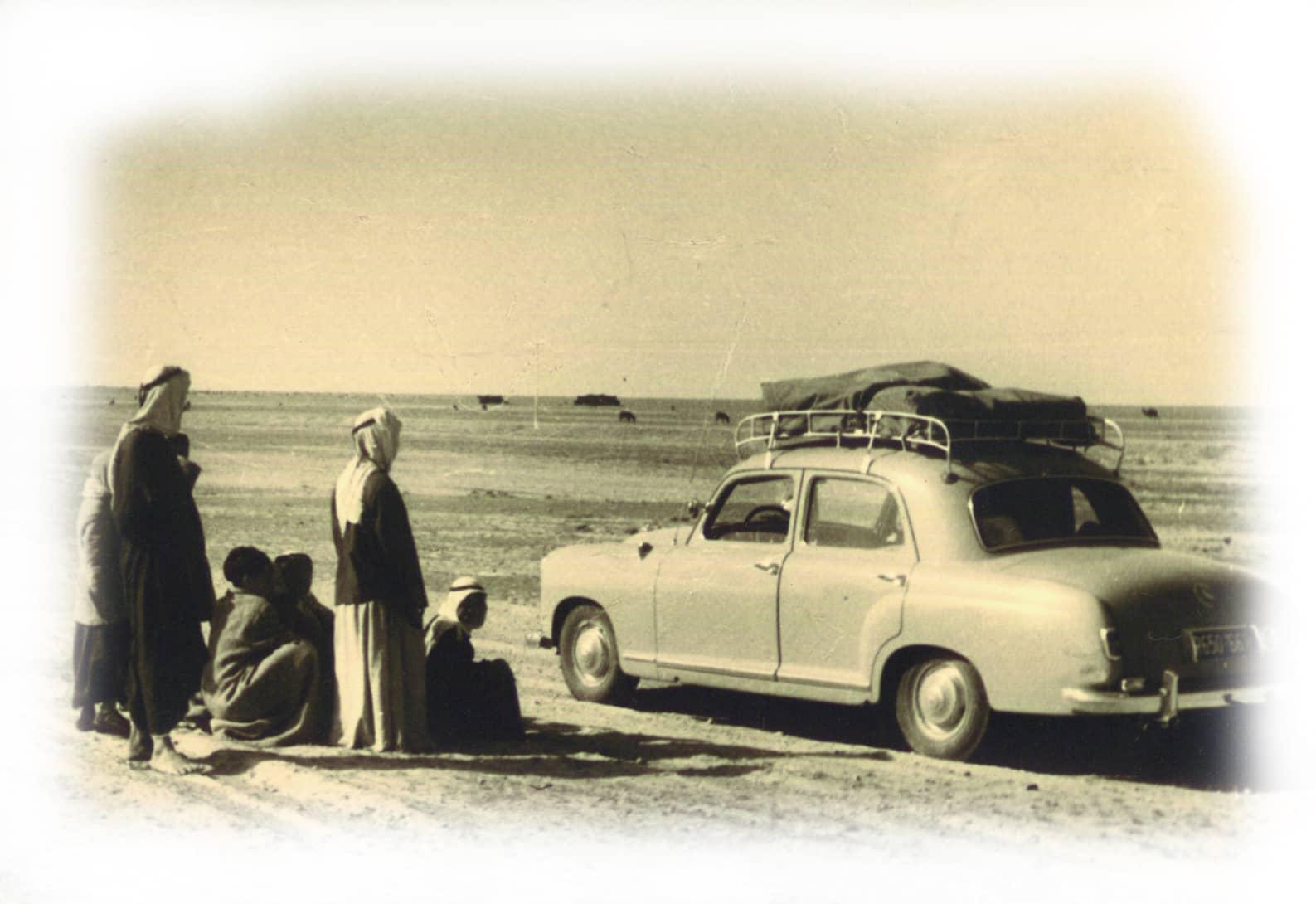 Familie mit Auto und Dachgepäckträger