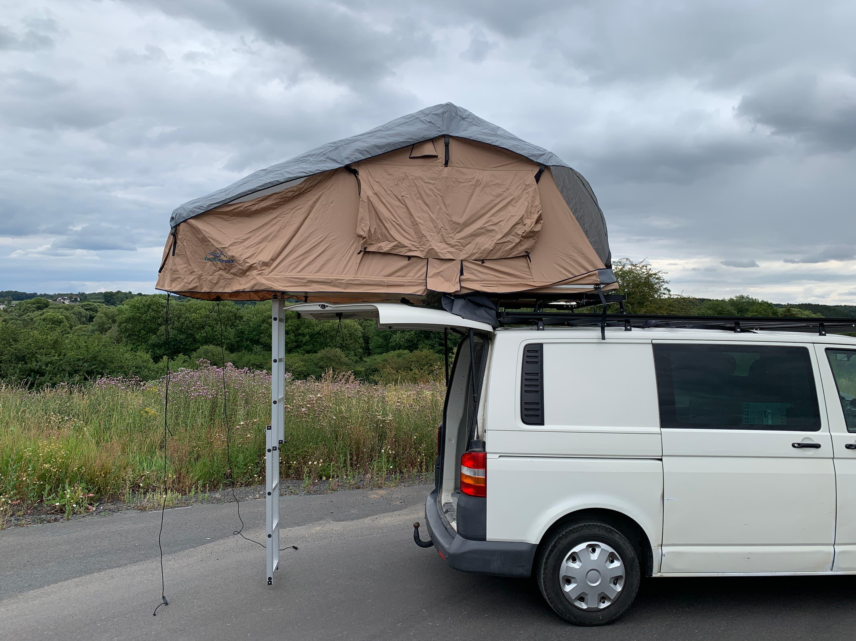 Auto mit Dachträger und Dachzelt
