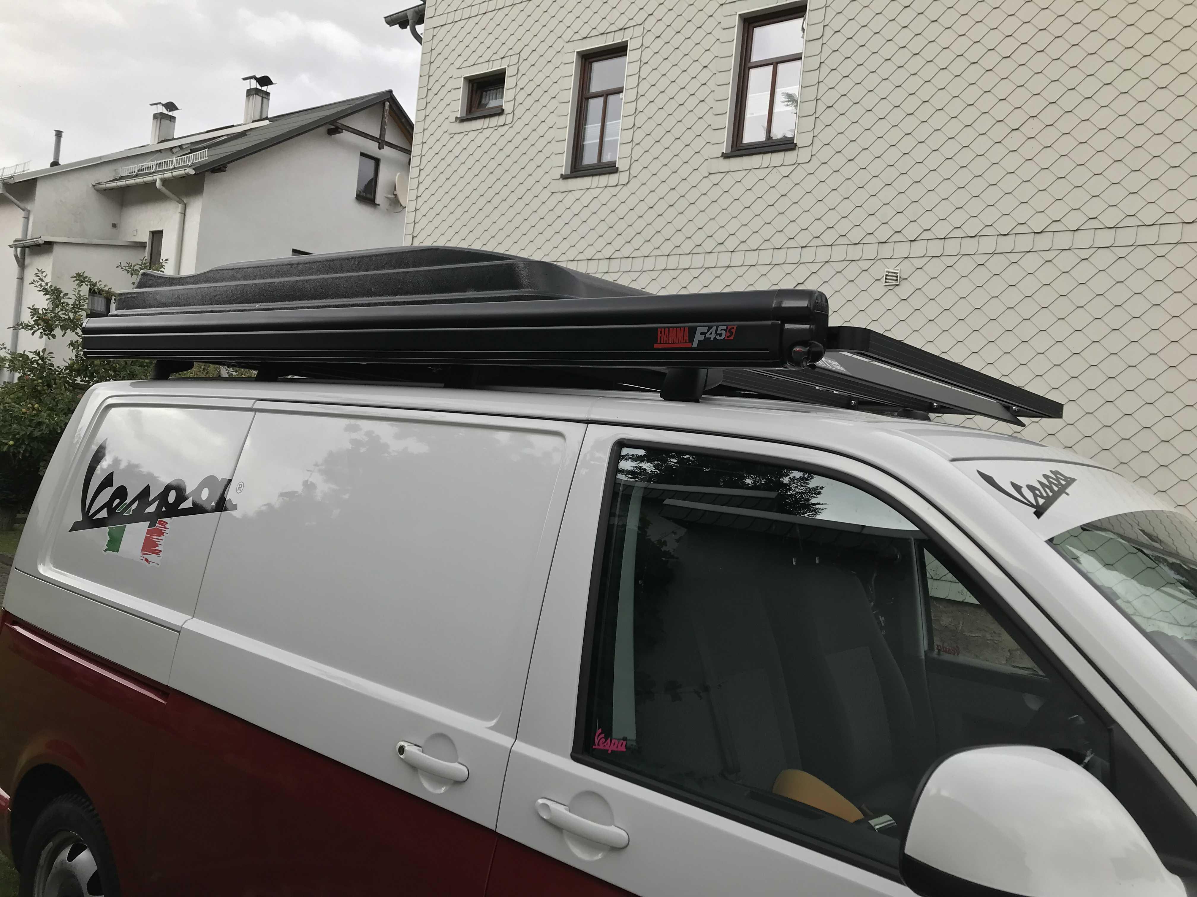 VW mit Dachträger und Markise