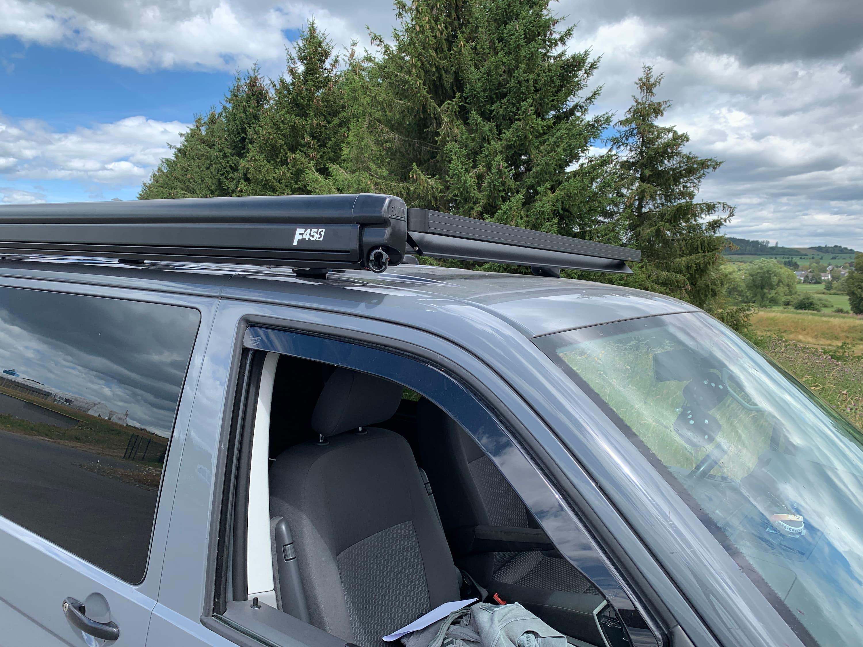 Auto mit Dachträger und Markise