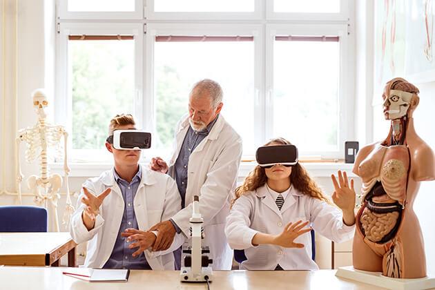 Doctors using Virtual Reality